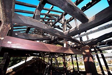 さらに小屋の上に地域の特色である突き上げ構造の小屋根がのっている、採光と通気に有効である。