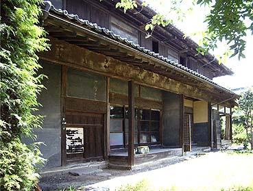 外観正面 大戸、縁側、玄関、縁と続く