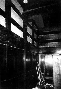 柱の上に梁が架かる、建具は帯戸(板戸)