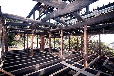 繁梁上の二階の床組みは見事というほかない、また二階の小屋組みには丸太の巧みな架構があり魅力的である