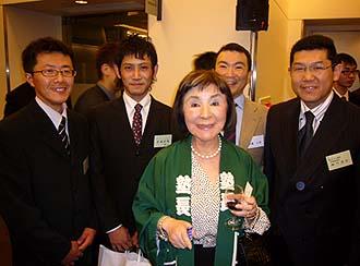 松田理事長先生を囲んで後列右側から当社の細川常務、松田さん、塾生赤城君、井上棟梁