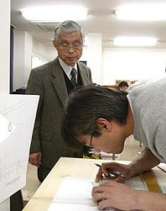 規矩術(きくじゅつ)を指導する持田先生、先生は日本の規矩術の大家です