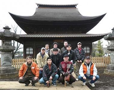 東京と東村山市にある国宝正福寺地蔵堂で現地研修のあと記念撮影、前列右端が有泉棟梁