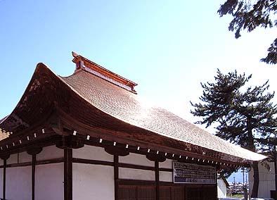 「てり・むくり」のある茅型銅版屋根の美しい曲線