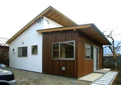 完成した外観、スマートな片流れ屋根の構成