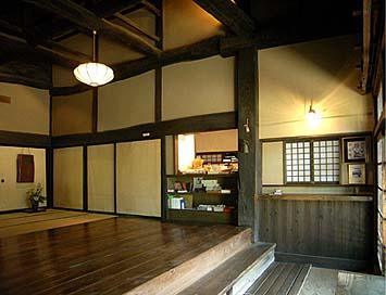玄関を入って土間部分に受付、板の間へ登って展示棚、フスマ奥に応接の間がある