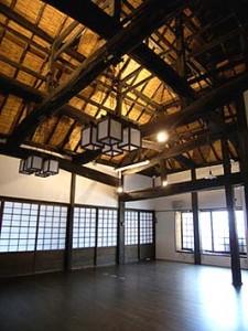 室内には天井を張らず、茅葺き屋根の下地に見たてたヨシズが見える