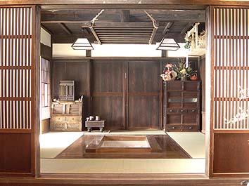 完成した囲炉裏の間、実際に薪が燃やせる大きさの実用的な囲炉裏。