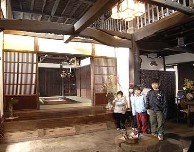 完成した玄関土間、子供たちが遊びに来ていました。甲州民家は子供たちの冒険夢空間です。