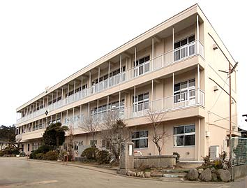 完成した校舎南東面外観