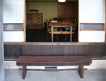 ギャラリーの主・和田さんによる室内展示