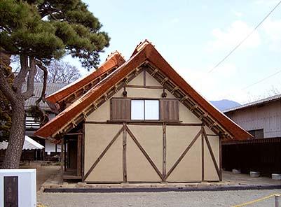 竣工外観 茅葺きを模した銅版葺きの屋根の曲線