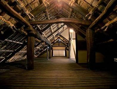 小屋裏の様子 茅葺きの下地が再現されている