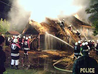 火災の夜の消化活動の様子