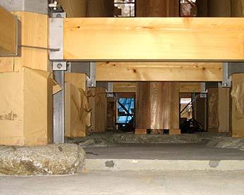 芯柱の底部、建築確認を得るための耐震補強金物が仕組まれていた