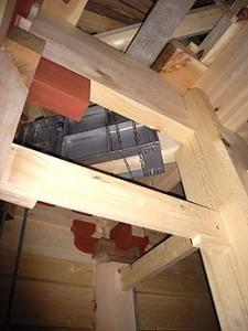 塔の内部を見上げる、総桧造り、見え掛かり木材に弁柄の塗装がされている