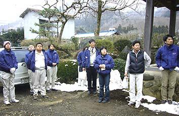 大月市某本堂を見上げる参加者、中村建築文化研究所の中村先生(右から2番目)にご案内いただきました、大変勉強になりました、ありがとうございました