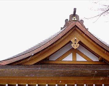 大月市某本堂の屋根妻側の姿