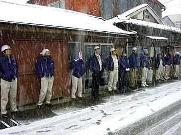 降りしきる雪の中でも研修は続く