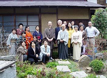 茶室の前で集合、右端が山荘の所有者の松前氏