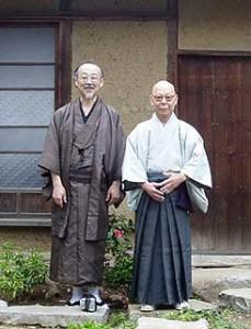 和服姿がよく似合う大沢さんと茶会亭主の内山さん(向かって右)