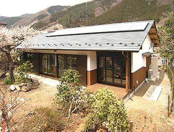 断熱省エネ住宅の外観、屋根にはソーラーパネルを設置