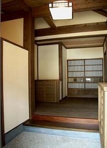 玄関、古材や古建具が重々しく配されている