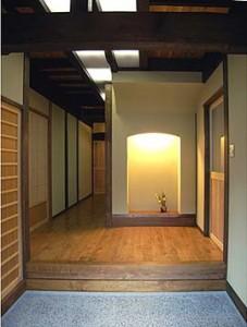 玄関、小さな飾り床を配置