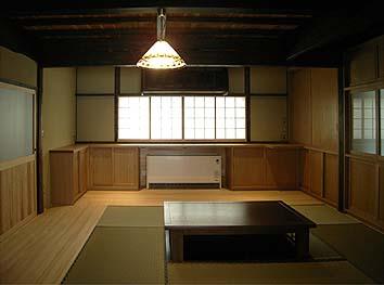 居間(北)中央奥に室内の空気循環装置、家全体に快適な温熱環境を実現