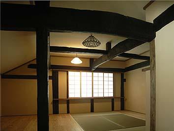 二階西の居室、表情ある古材が魅力的な部屋