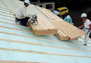 屋根の内部にやはり外断熱材としての断熱層スタイロホームを敷き込む