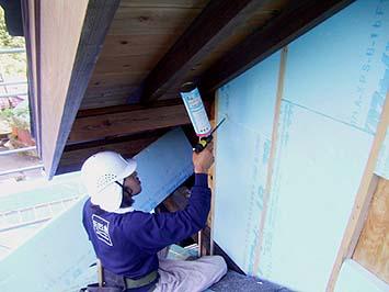 外壁もすべて外断熱材スタイロホームを施工、隙間なく充填する