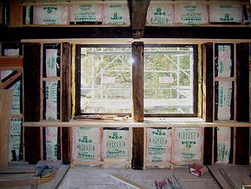 壁も同様、内側に二重に断熱材グラスウールを施工する