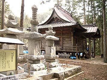 勝頼公(中央)、北条婦人(右)、信勝公(左)それぞれの墓