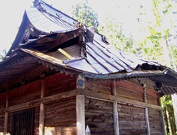 大風で倒れた杉の大木で屋根の隅木や垂木が折れてしまった