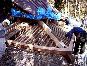 隅木や垂木を取り換え軒を修理(工事中)