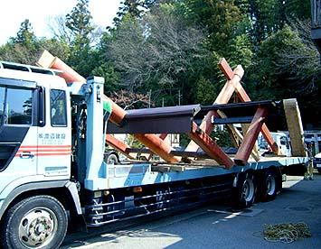 大ばらしした鳥居を渡辺建設の大型トレーラーに載せて