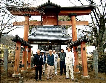 完成、関係者は向かって右から渡辺さん(鳥居の寄贈者)、氏子総代様、神主さんの方々でした