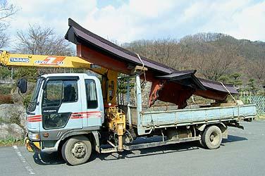 鳥居の頭部(島木など)を4トン車に載せて