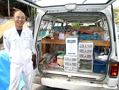 伝匠舎監督の岡英次さん、どんな小さな現場もお任せ下さいと、愛用のワゴン車には所狭しと道具一式が積み込まれています。評判上々、ありがとうございました。