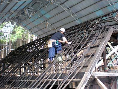 屋根工事の様子、屋根下地を作る