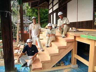 昌福寺の現場で大工さんと記念のショット