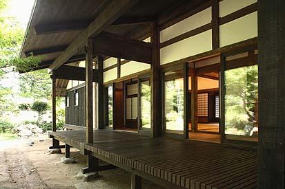 竣工西面外観 下屋の縁自体が耐力構造体になっている(合わせ梁、足固め、厚板の野地など)