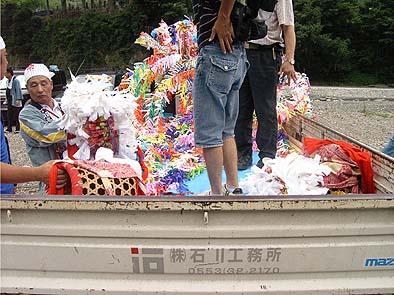 弊社の石川社長は、春駒保存会の会員。祭りの当日は、衣装や機材の運搬など、裏方として協力させていただきました