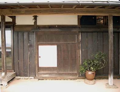 大戸入口、両側壁は古色塗りの板壁に・・・