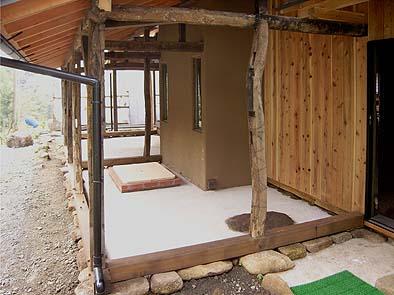 東側下屋は屋根付きの縁、多目的に利用・・・