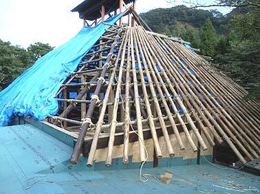 軒の出が深いので茅葺きの下地の垂木はすべて丸太が使われました