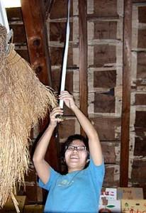 現場で天井高さを実測している細野美希さん