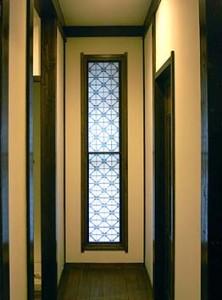 廊下突き当たりの窓、組子の古欄間をうまく利用している