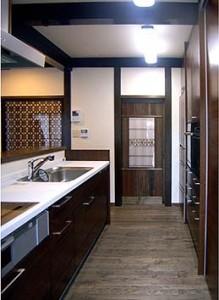 お寺様らしく落ち着いた雰囲気のキッチン。正面ドアにはめ込んだ組子の古建具がいい